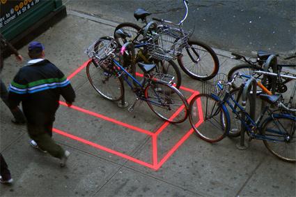 אמנות רחוב של אקאש ניהלאני סביב חניית אופניים