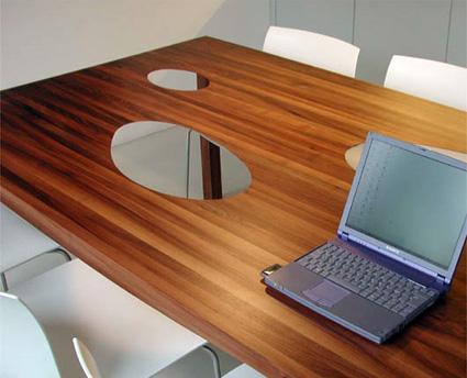 שולחן שעוצב באמצעות טלפון
