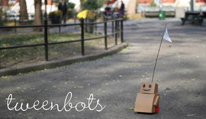 רובוט קרטון קטנטן משוטט ברחובות ניו יורק