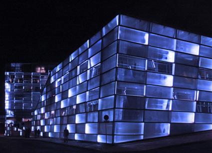 חזית הבניין המוארת של ARS Electronica בלינץ