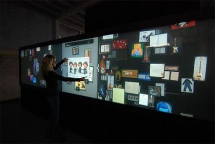 משטח עבודה ממוקד משתמש בקיר המולטי-טאצ בהארד רוק קפה