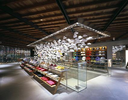 נברשת הנעליים בחנות הקונספט של נייק בטוקיו
