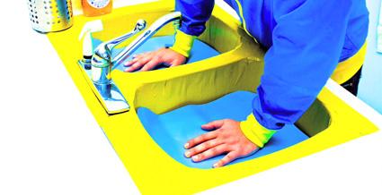 משחקים עם מפלס הנייר הכחול בכיור של DJ Stern