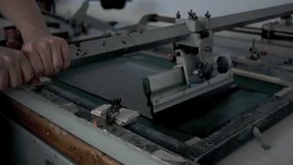 הדפס משי בפעולה