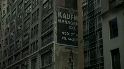 שריד של שלט חוצות צבוע ביד מתוך הסרטון התיעודי שם למעלה