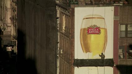 שלט חוצות עכשווי המשמר את אומנות צביעת שלטי החוצות מתוך הסרטון התיעודי שם למעלה
