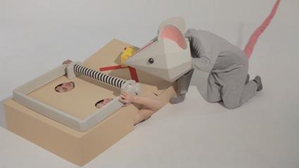 עכבר בדרכו לגלות משהו רע שעלול לקרות