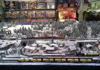חנות צעצועים בבון מתקשטת ברכבות גרמניות לקראת חג המולד